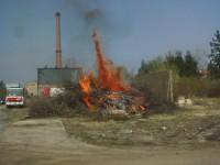 Školení – Dozor nad pálením a hašení pěnou – 18.4.2008 – areál TOS Čelákovice – foto č. 2/25