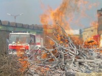 Školení – Dozor nad pálením a hašení pěnou – 18.4.2008 – areál TOS Čelákovice – foto č. 7/25
