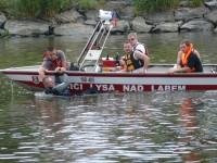 Výcvik na vodě – 10-12.6.2011, Veltrusy – Vlečení tonoucího (zde na špatném boku jen kvůli focení, jinak vždy na straně vůdce plavidla)