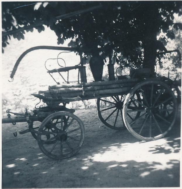 """Hasičská stříkačka """"koňka"""", stav před 1960"""